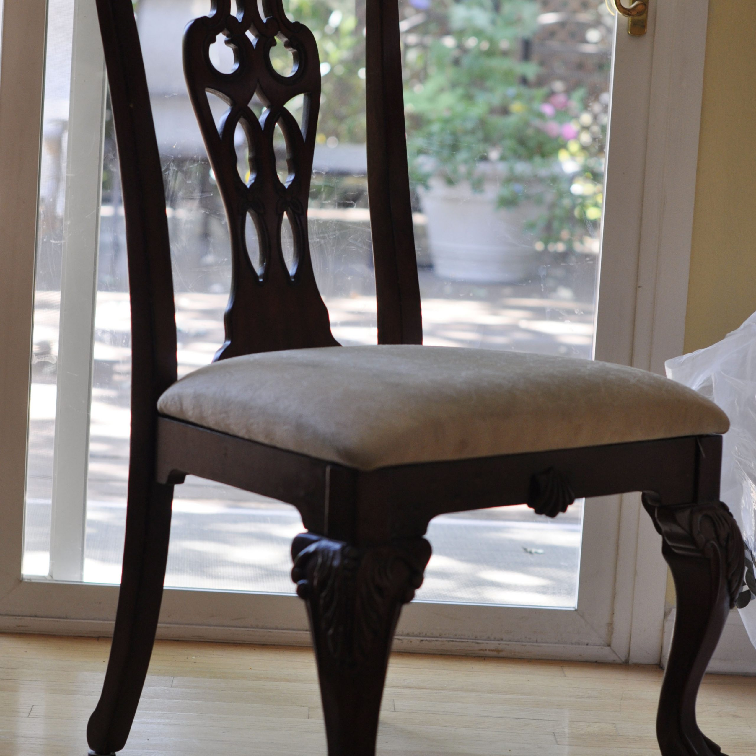 how much does it cost to reupholster dining room chairs